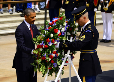 President_Obama_lays_a_wreath_with_sergeant_of_the_guard_at_the_Tomb_of_the_Unknowns_380px